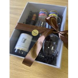 Francouzský balíček s francouzským červeným vínem